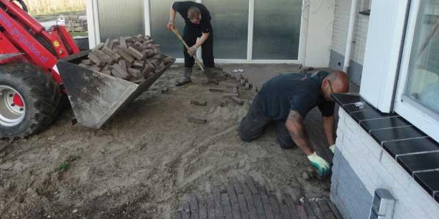Eigen stratenmakers bij de bestrating van een Snijers Tuin