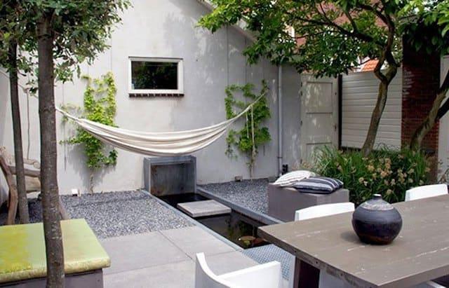 Tuininrichting voorbeeld in de vorm van een stadstuin. Te zien is een ruimtelijke tuinindeling