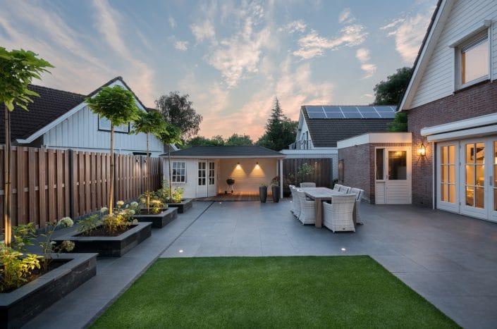 Waanzinnige foto van de mooi aangelegde tuin bij avondrood