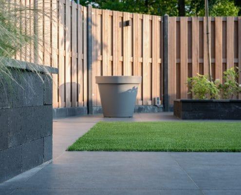Tuinproject aan de Berkelstraat in Almere. Wij hebben hier grote tegels met kunstgras aangelegd